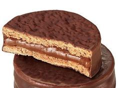Cachafaz negro Alfajores enjoyed in Chile, made in Argentina. Peruvian Desserts, Argentina Food, Argentina Recipes, Nutella Cake, Good Food, Yummy Food, Sweets Cake, Cookies, Sweet Recipes