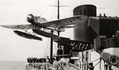 """Momento del lanzamiento de un hidroavión Heinkel He12 desde la catapulta del Buque alemán """"Bremen"""" para acercar el correo a su destino"""