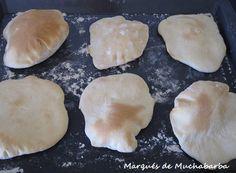 Los panes de pita son unos panes planos típicos de la cocina de Oriente Medio, que al cocerlos quedan huecos y se pueden rellenar... Pita, Relleno, Hummus, Cookies, Desserts, Food, Breads, Cooking, Eten