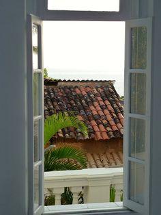 Abre a janela amor, dê um sorriso e jogue uma flor para mim | miamiablog.com