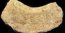 Photographie d'une pierre calcaire gravée d'une écriture dont le caractère cunéiforme n'est pas très marqué, beaucoup de signes présentant e...