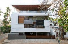 Diseño de fachada de casa de tres pisos