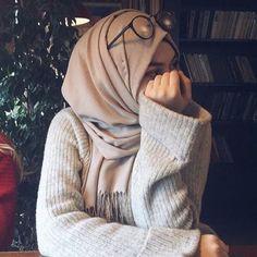 Love her style, Mashallah – Hijab Club Stylish Hijab, Casual Hijab Outfit, Hijab Chic, Hijabi Girl, Girl Hijab, Hijab Fashion Inspiration, Mode Inspiration, Muslim Girls, Muslim Women