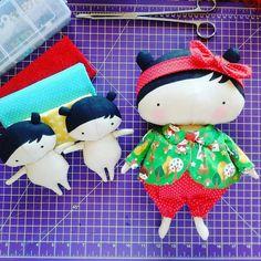 A boneca Tilda Toy Box (na foto é a maior) tem 35 cm. Se você medir aí 35 cm pode achar pequena, mas ela tem a estrutura do corpo em formas ovaladas o que aumenta a proporção. As mini bonecas que estão do lado esquerdo da foto têm 15 cm.  É uma boneca muito fofa! Perfeita pra decorar e presentear quem a gente ama 💞 #bonecadepano #feitoamao #artesanato #tildatoybox #dollmakers #CerejaDePano #compredequemfaz #tildasweetheart