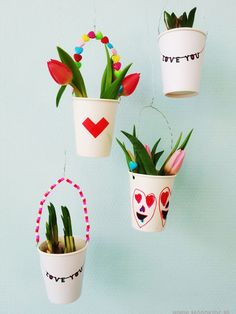 Hoe leuk is het om van een gebruiksvoorwerp eens iets anders te maken. Neem een papieren beker. In een handomdraai maak je er een kleine plantenhanger van. Diy For Kids, Crafts For Kids, Daddy Day, 3d Craft, Mother's Day Diy, Small Plants, Plant Hanger, Free Printables, Baby Kids