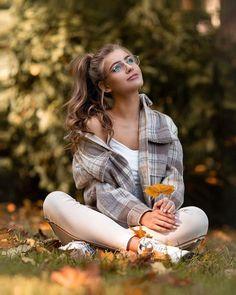 Gostaria de aprender a se MAQUIAR BEM de uma vez por todas? Já viu diversos anúncios de Cursos de Automaquiagem e não quer investir errado?  Saiba Como escolher um Curso de Maquiagem online que realmente vale  pena e nã seja enganada. (saiba mais clicando no PIN) #automaquiagem #maquiagem #batom #cursodemaquiagem #cursodemaquiagemonline #cursosonline #make #makeup #cursodeautomaquiagem #blogueiras #blogueirademake #madrinha #noiva #makedeformatura #fotostumblr #posestumblr Best Photo Poses, Girl Photo Poses, Girl Poses, Teen Photo Shoots, Teen Photography Poses, Outdoor Portrait Photography, Teenage Girl Photography, People Photography, Stylish Photo Pose