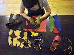 Boty od ševce. Eva Peterová se podílí na ruční výrobě obuvy v pražském ševcovství Lukasshoes.