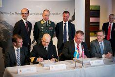 Her signerer partene avtalene om oppgradering og kjøp av nye CV90 panservogner. Foran fra venstre: Eirik Lie (Kongsberg Defence & Aerospace), kontreadmiral Morten Jacobsen (nestkommanderende i Forsvarets logistikkorganisasjon - FLO), Tommy Gustafsson-Rask (BAE Systems Hägglund) og John Laugrud (Forsvarsdepartementet - FD). Bak fra venstre: Carl von der Esch (statssekretær svensk FD), generalmajor Per Sverre Opedal (generalinspektør for Hæren - GIH) og statssekretær Roger Ingebrigtsen, FD…