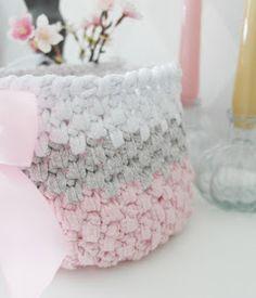 Virkad korg i ribbon garn Stick O, Merino Wool Blanket, Diy And Crafts, Crochet Patterns, Ribbon, Throw Pillows, Sewing, Knitting, Gifts