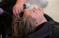 acv rinse sparklingsilvers.com Shampoo Seco, Diy Shampoo, Bp Coiffure, Grey Hair Problem, Hair Spa At Home, Grey Hair Care, Best Hair Salon, Oily Hair, Healthy Hair Growth