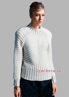 Белый шерстяной пуловер с ребристым узором. Вязание спицами
