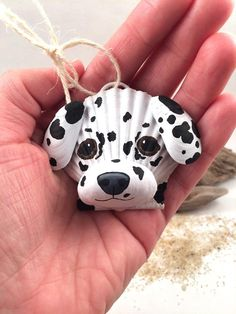 This adorable Dalmation ornament is made entirely of seashells. The face is a scallop shell, nose a slipper shell, and ears are mussel shells. I use primer and acrylic paint. The top has a hook and string of jute for hanging. Seashell Christmas Ornaments, Dog Ornaments, How To Make Ornaments, Beach Christmas, Christmas Tree, Seashell Painting, Seashell Art, Seashell Crafts, Crafts With Seashells