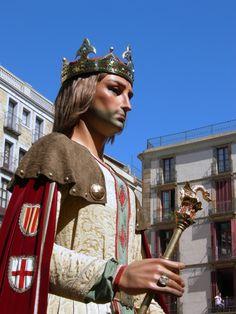 Gegant de Barcelona, Jaume I. Porta la corona posada, això vol dir que està ballant a Barcelona o l'acte és molt solemne.