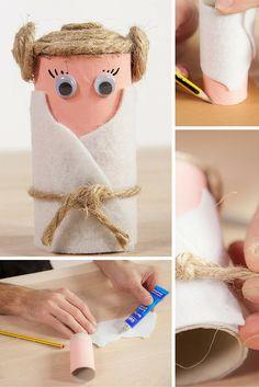Juega con los más pequeños a crear sus propios muñecos de Star Wars reutilizando rollos de papel higiénico. Hora de viajar a una galaxia muy muy lejana...