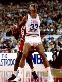 Today in LA Lakers retire Kareem Abdul-Jabbar's professional game I ever watched in the early was a Lakers game.Kareem was the SOLE reason I fell in love with NBA! Michael Jordan, Jordan 23, Jeffrey Jordan, Basketball Legends, Basketball Players, Basketball History, Basketball Skills, Jordan Basketball, Basketball Pictures