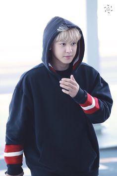 EXO Chanyeol at the airport heading to Shanghai for Tommy Hilfiger Fashion Show Kaisoo, Baekhyun, Chanyeol Cute, Park Chanyeol Exo, Exo Ot12, Kpop Exo, Rapper, Kim Jong Dae, Tommy Hilfiger Fashion