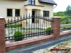 garduri fier forjat 2014 - Căutare Google House Fence Design, Front Yard Garden Design, Balcony Railing Design, Door Gate Design, Front Gates, Front Yard Fence, Entrance Gates, Fenced In Yard, Concrete Fence Wall