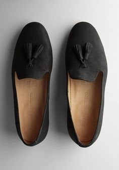 BEAUTIFUL BLACK SLIPPERS WITH TASSELS.