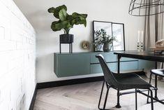 Het nieuwe jaar is begonnen, het voorjaar komt eraan... tijd voor een fris huis! Deze woonkamer in Amstelveen gaven we een nieuwe uitstraling, chique vloer en lekker veel opbergruimte. En dat in een stoere basic-stijl.