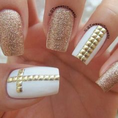 Golden Rose Nails – White and golden with studs – Nagellack Get Nails, Fancy Nails, Love Nails, Hair And Nails, Bling Nails, French Nails Glitter, Glitter Nail Art, Gold Glitter, White Nails