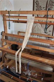 Heidin Iloinen Käsityökulma: Loimen laittaminen kangaspuihin 1/3: Loimen kiertäminen tukille Tapestry Weaving, Wishbone Chair, Clothes Hanger, Arts And Crafts, Diy, Furniture, Home Decor, Loom, Crochet
