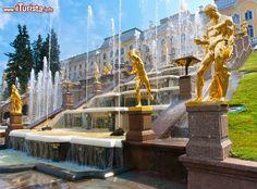 La fontana Grand Cascade, a Peterhof in Russia: ...