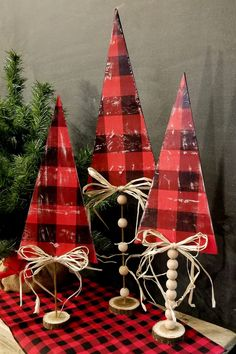 Faux Wood, Foam Board Trees – A Dollar Tree DIY craft that will fool anyone! Wooden Christmas Decorations, Christmas Wood Crafts, Dollar Tree Christmas, Noel Christmas, Christmas Projects, Holiday Crafts, Christmas Ornaments, Diy Xmas Decorations, Winter Wood Crafts