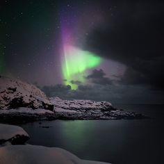 Nyksund, Archipel Vesteralen, Norvège : une aurore boréale tente de se frayer un passage entre les nuages menaçants. Canon 5dmkII. Dans Nature, Ciel. Entre Nuages Et toiles, photographie de Boris Dumont. Image #447906