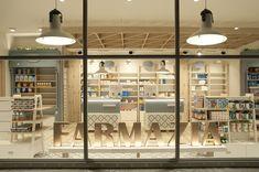 lA surfera localidad guipuzcoana de Zarautz (País Vasco) acoge esta farmacia, obra del estudio Sube Interiorismo Bilbao. Una experiencia de compra diferente.