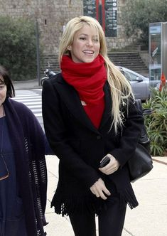 Shakira Photos - Recently single singer, Shakira, keeps herself cultured by visiting the Joan Miro Foundation Museum with her brother, Tonino. - Shakira at the Joan Miro Foundation Museum Shakira Music, Shakira Style, Shakira Hips, Shakira Outfits, Shakira Mebarak, Casual Outfits, Fashion Outfits, Scarf Styles, Fashion Pictures
