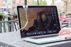 Les écouteurs iPhone se collent sur l'écran d'un MacBook