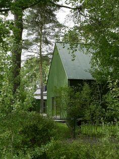Färg är både ett starkt och billigt knep för att skapa karaktär. Och arkitekter vågar färgstarka exteriörer och interiörer utomlands, men i Sverige är det desto mer sparsmakat försiktigt. Fast inte i arkitektkontoret Franson Wrelands gröna villa på Lidingö. Här går hela huset i grönt och i passande komplementfärger.