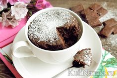 Готовый шоколадный кекс в кружке в микроволновке