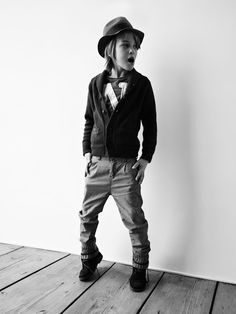 Easy pieces. Cool jeans, printed T shirt, cardigan, hat. Fly.