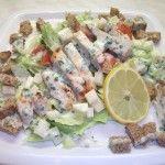 CSIRKÉS CÉZÁR SALÁTA - Ezt a salátát nagyon sok változatban elkészítheted, csirkehús helyett használhatsz akár tonhal konzervet is, de tehetsz bele főtt tojást.