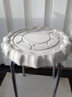 Det här lilla betongbordet gjöt jag och min kära mor när jag var hemma hos dom för ett tag sedan. Vi ska göra ett till likadant som jag ska få! Det är inte så himla svårt projekt det här faktiskt…