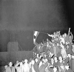 Budapest, 1956. október 23. Forradalom és szabadságharc Magyarországon, 1956-ban. A képen: Tüntető tömeg a Sztálin-szobornál. A Sztálin téren áll még a szovjet diktátor szobra, de pár óra múlva már a földön fekszik a bronz kolosszus. MTI Fotó: Müller Lajos
