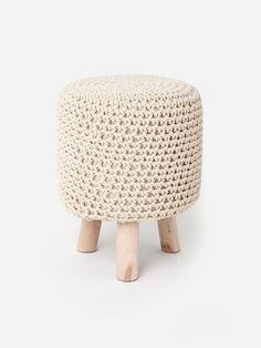 Puff Crochet c/ Pé de Madeira Vermelho | collector55 - loja de decoração online - Collector55