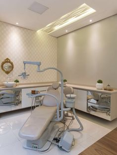 Consultório odontológico, projeto de Carol Cantelli. Confira no blog Dental Office Design, Medical Design, Healthcare Design, Clinic Interior Design, Clinic Design, Dentist Clinic, Dental Office Decor, Wall Shelves Design, Treatment Rooms