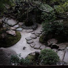 Bild könnte enthalten: Pflanze, Baum, im Freien, Natur und Wasser Zen Rock Garden, Stepping Stones, Outdoor Decor, Instagram, Outdoor, Tree Structure, Water, Plants, Stair Risers