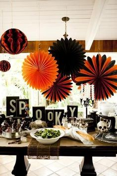 Love this Halloween party table/Halloween Disneyland Halloween, Diy Halloween, Theme Halloween, Halloween Birthday, Holidays Halloween, Halloween Treats, Vintage Halloween, Happy Halloween, Halloween Clothes