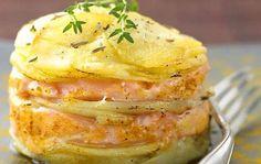 Salmone e patate al forno, una ricetta che nonostante la sua semplicità vi farà fare un figurone. Un piatto di pesce molto gustoso e facile da preparare.