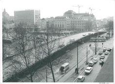 """Het Koningin Astriplein met de """"ijzeren brug"""" over het kruispunt met de Kipdorpbrug, jaren 1970."""
