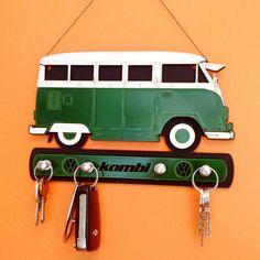 Porta Chaves Kombi Verde - Os apaixonados por carros, vão ficar encantados por esse Porta Chaves Kombi! A peça em MDF é rica em detalhes e acabamentos. Tamanho 20x14cm