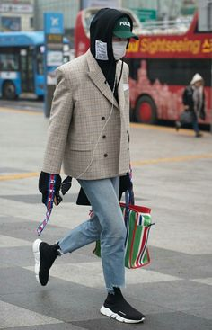 Street Style Shots: Seoul Fashion Week Round Up Seoul Fashion, Fashion Mode, Urban Fashion, Fashion Outfits, Mens Fashion Week, Paris Fashion, Trendy Fashion, Mode Streetwear, Streetwear Fashion