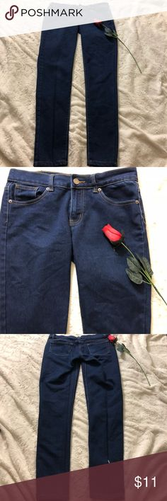 Dark blue skinny jeans! A very good basic to have in your closet! Thick jeans. Comfortable. Has a small tear on the back of one of the legs. ALL offers welcome🤗👍!!! x-rox Jeans Skinny