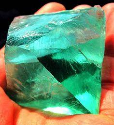 Флюорит называют камнем Новой эры. Это потому, что он ориентирован в будущее.Флюрит — камень 2016года