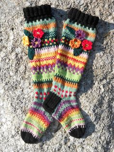 villaiset polvisukat (knee-length socks) Crochet Socks, Knitting Socks, Hand Knitting, Knit Crochet, Yoga Socks, Knee Socks, Thick Socks, This Little Piggy, Crazy Socks