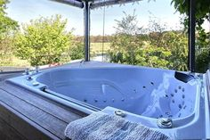Away to Relax Massage Getaways at Welcome Springs B&B Retreat Hindmarsh Valley Boasting free Wi-Fi, free breakfast and a private patio with a hot tub, Springs B&B Retreat is 10 minutes' drive from central Victor Harbor. Free parking is available on site.