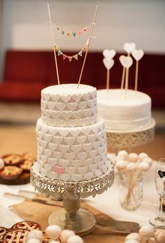 Hochzeitstorte mit Dekorationen aus kleinen Herzen